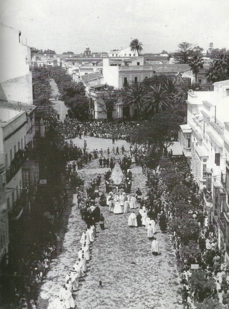 Procesión en las Bodas de Plata. Al fondo, calle por-vera y el campanario de la Victoria. Año 1950(1)